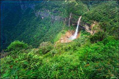 Nohkalikai waterfall in Meghalaya (©iStockphoto.com/Danielrao)