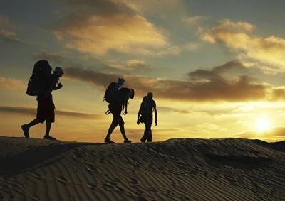 backpackers in the desert Photo:Kamchatka ©iStockphoto.com/Kamchatka